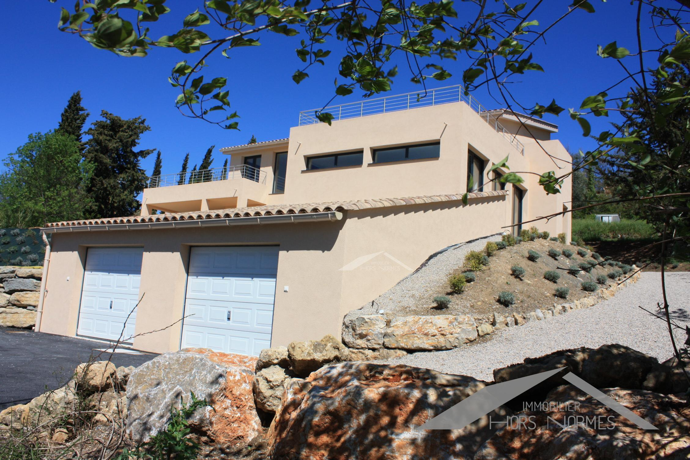 villa contemporaine respectant l 39 environnement. Black Bedroom Furniture Sets. Home Design Ideas