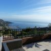 Villa composée de 4 appartements indépendants avec grandes terrasses et vues panoramiques sur le littoral azuréen et le massif de l'Esterel.